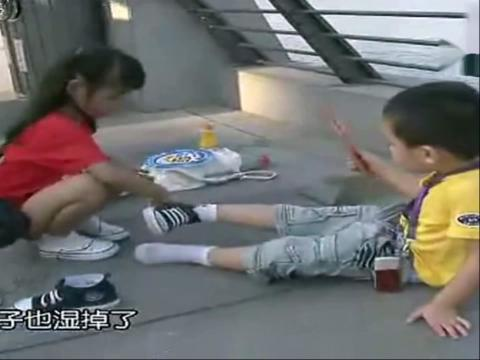 【尴尬视频】美女面前尿裤子