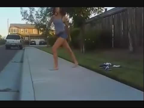 光脚的美女鬼步舞视频