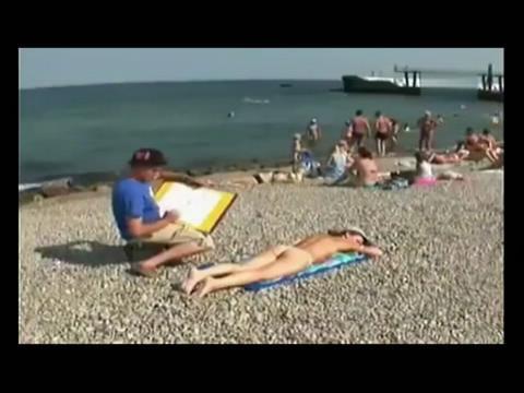老外沙滩整蛊比基尼美女