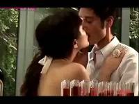 美女大尺度床吻戏片段视频