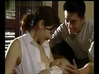 美女喂奶 想吃奶的宝宝