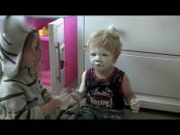 小萝莉用奶油帮弟弟化妆
