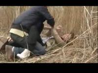 农村男子下药欲美女背往草地欲施暴