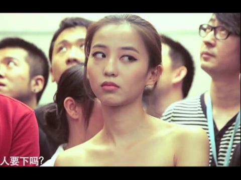 美女为赶时间裸上电梯