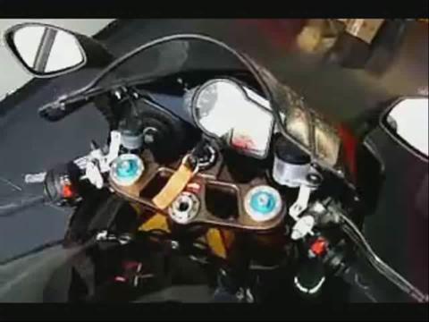 摩托车跑车特技视频 车流之中的风景线
