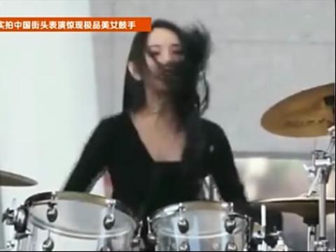 实拍美女鼓手中国街头即兴表演