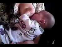 【母爱】美女妈妈喂奶宝贝