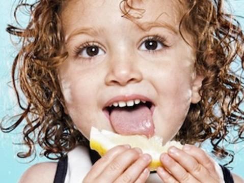 宝宝们吃到酸东西时的可爱表情