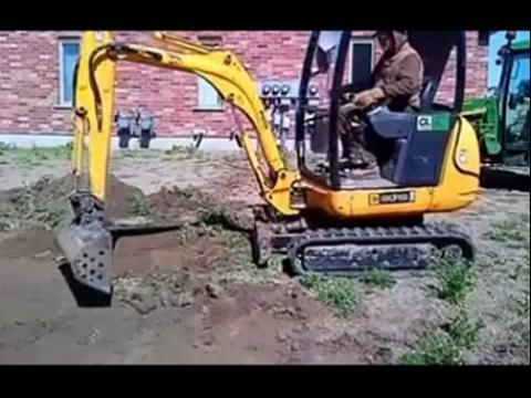 jcb迷你挖掘机和约翰迪尔拖拉机装车工作视频表演图片-拖拉机视频表演