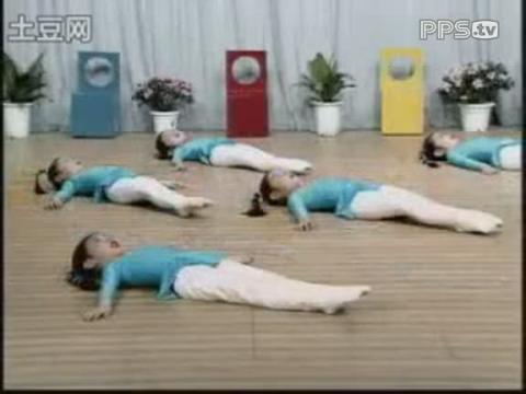 幼儿舞蹈基础训练_57吸伸腿的前抬腿