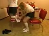 美女 挠脚心 太痒啦 白袜子