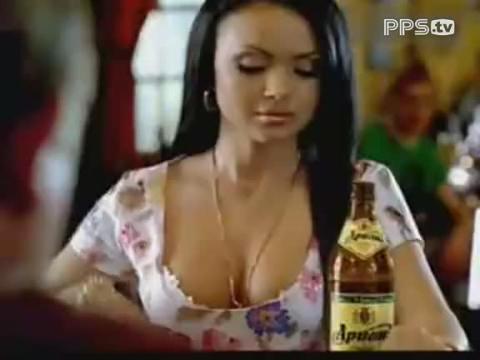 漂亮美女用胸部开酒瓶盖子