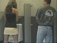 【搞笑视频】笑死人 美女上男厕所大恶搞