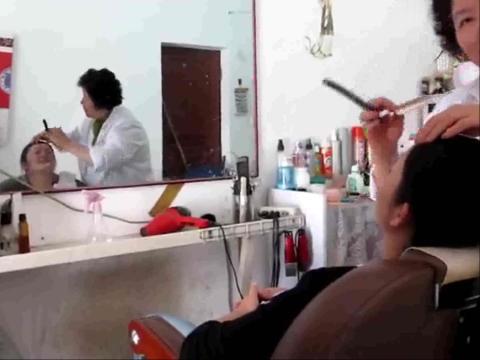 美女理发店 刮脸
