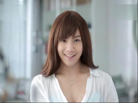 【奇趣视频】性感的美女脱掉胸罩之后