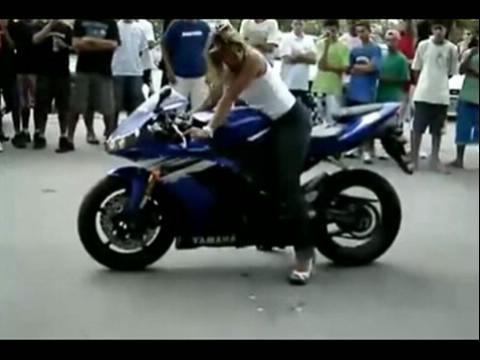 黄发美女摩托车跑车 烧胎画标准圆视频表演
