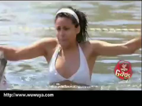 搞笑视频 美女游泳被鳄鱼袭击