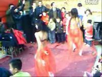 农村歌舞团演出 表演美女