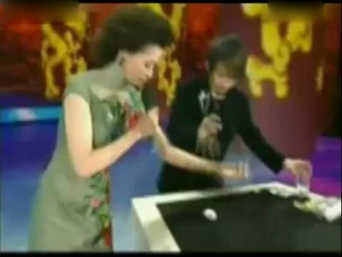 董卿和刘谦魔术穿帮 刘谦春晚魔术穿帮 2014春晚刘谦魔术穿帮图片